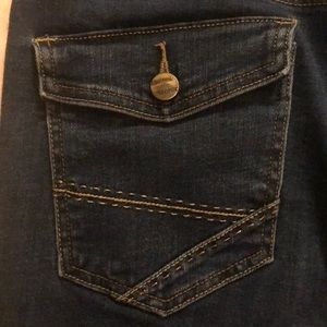 Levi blue jean capris with buttoned back pockets